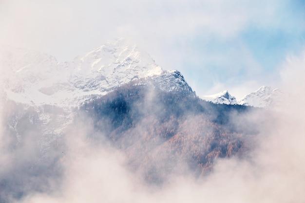 Montañas cubiertas de nieve en la parte superior