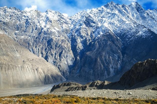 Montañas cubiertas de nieve en el rango de karakoram. passu, pakistán.
