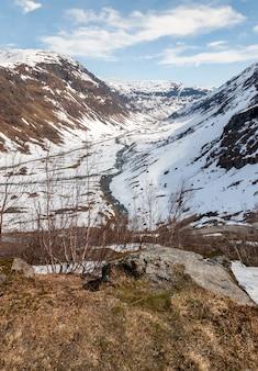 Montañas, fiordo cubierto de nieve