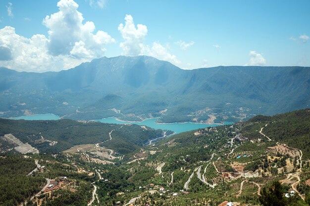 Montañas en el fondo de cielo azul, hermosas vistas, vacaciones, descanso.
