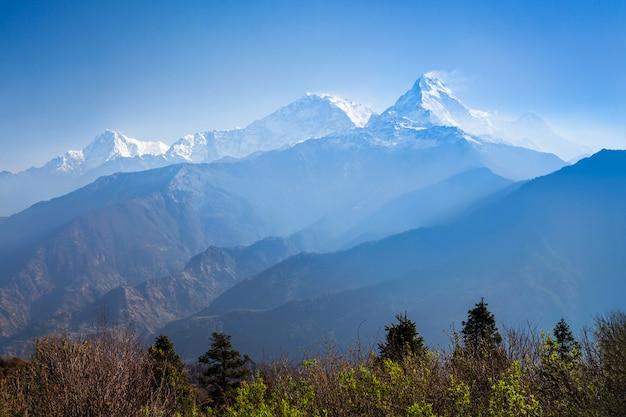 Montañas del himalaya cubiertas de nieve