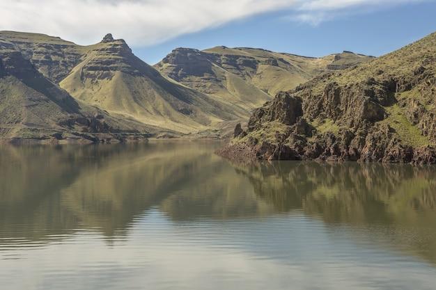 Montañas y lago místico