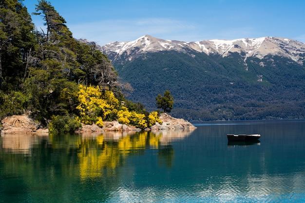 Montañas y lago, paisaje de verano.