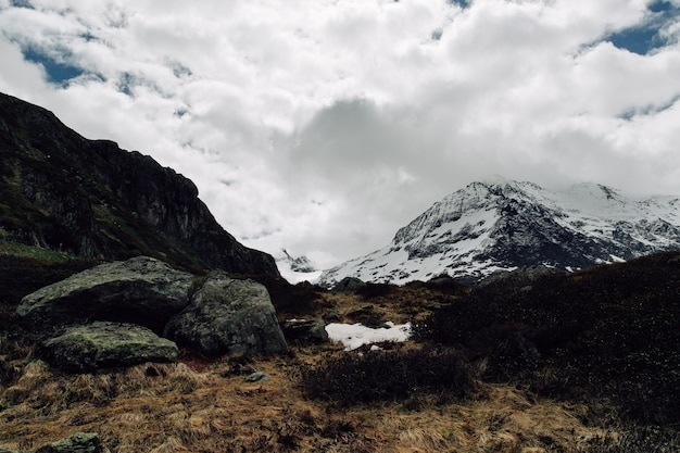 Montañas nevadas de los alpes paisaje de otoño