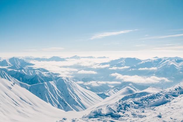 Montañas nevadas en buen día de sol. las montañas del cáucaso, georgia.