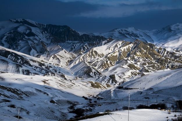 Montañas nevadas durante el invierno