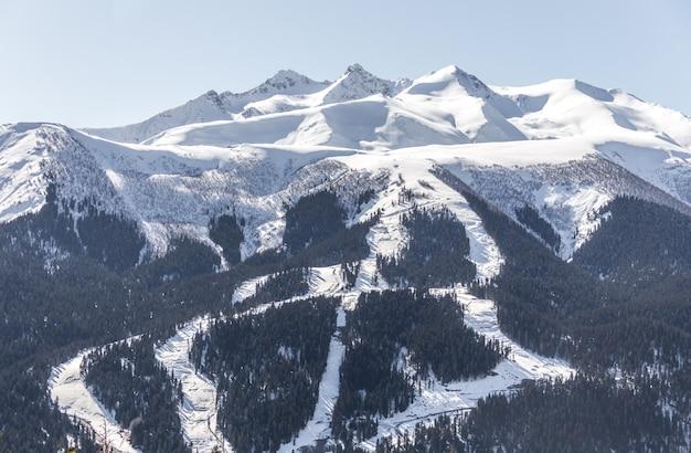 Montañas nevadas rusas