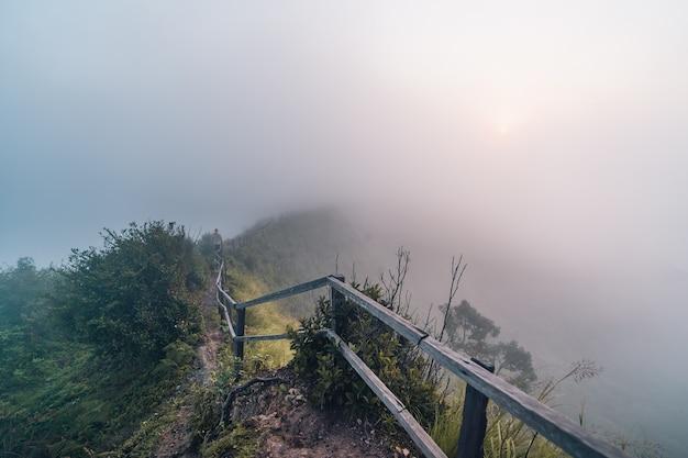Montañas y niebla por la mañana en la colina vista de niebla