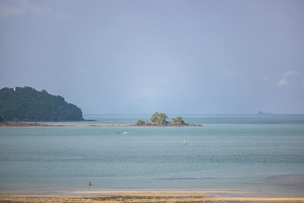Montañas y paisajes marinos con cielo azul, phuket islands tailandia
