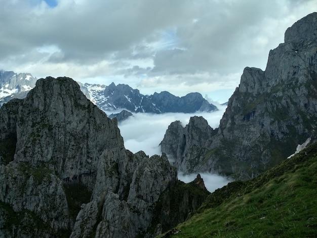 Montañas pedregosas cubiertas de niebla