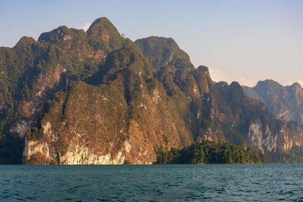 Montañas de piedra caliza con árboles en el mar en tailandia