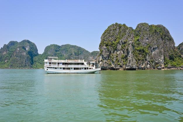Montañas de piedra caliza de la bahía de halong, vietnam