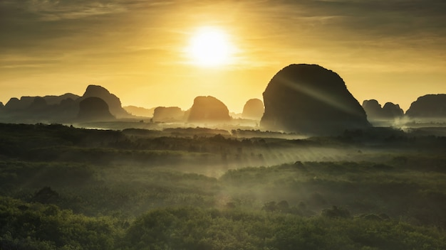 Montañas de piedra caliza y bosque brumoso al amanecer, krabi