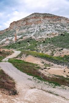 Montañas de piedra caliza en los valles de capadocia. gran paisaje vertical.