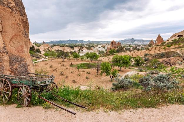 Montañas de piedra caliza en los valles de capadocia. gran paisaje