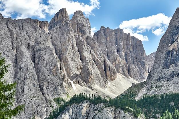 Montañas rocosas dolomitas desde la vista inferior