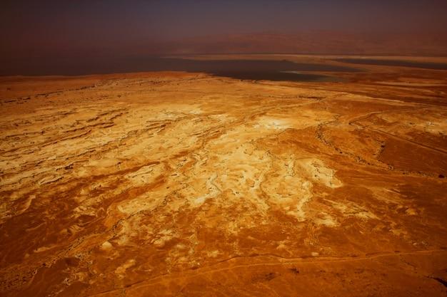 Montañas sobre el mar muerto en israel