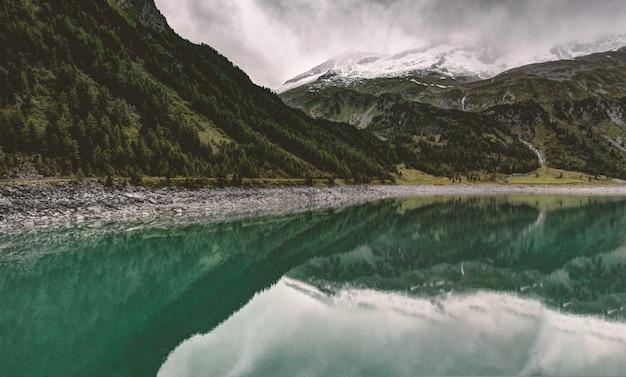 Montañas verdes y lago