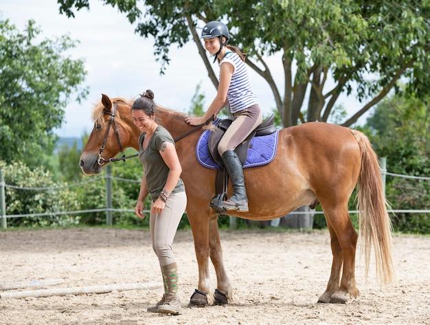 Montando niña y caballo