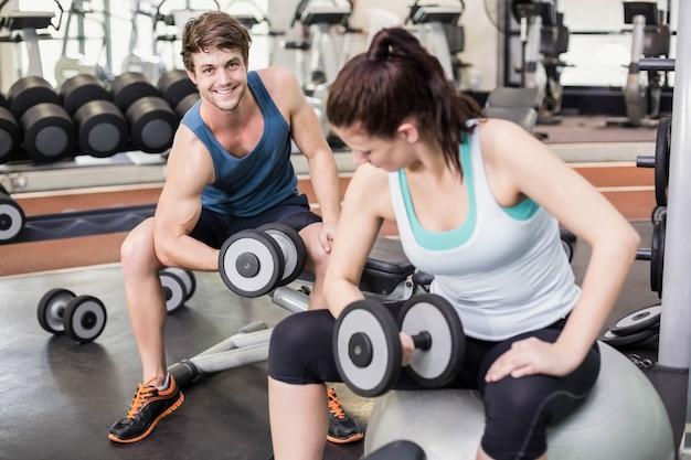 Montar pareja levantando pesas en el gimnasio