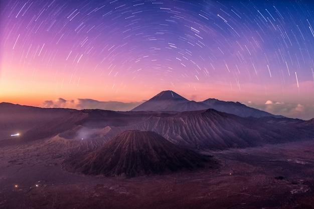 Monte activo volcán, batok, bromo, semeru con estrellado al amanecer