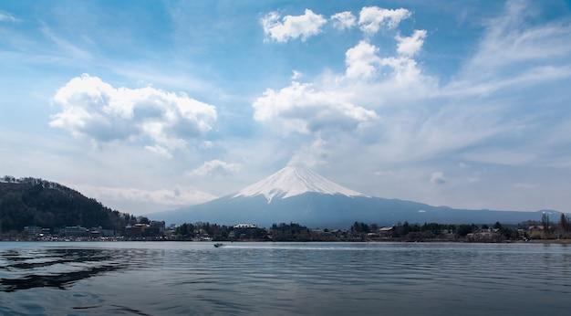 Monte fuji fujisan en el mediodía desde el barco en el lago kawaguchigo con nubes en el cielo