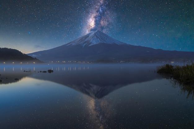 Monte fuji en el lago kawaguchiko, crepúsculo