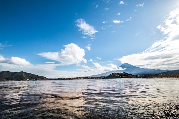 Monte fuji en el lago kawaguchiko en yamanashi, japón