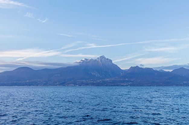 Monte pizzocolo, es una montaña de los prealpes de brescia y gardesane que se eleva en el interior inmediato del lado de brescia del lago de garda, cerca de la ciudad de toscolano maderno.