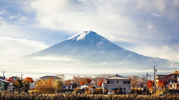 Monte vista de fuji desde el pueblo del lago kawaguchi-ko en temporada de otoño, japón