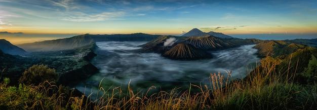 Monte el volcán de bromo durante la salida del sol, java oriental, indonesia.