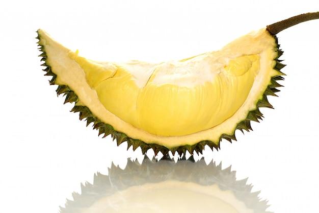 El monthong maduro del durian del pedazo del primer en tailandia, aislante en el fondo blanco con la sombra refleja.