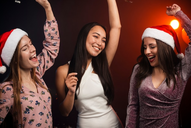 Montón de amigos bailando en la fiesta