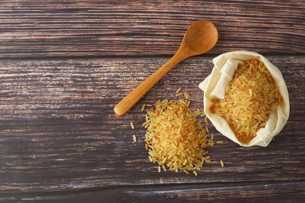 Montón de arroz entero. cereales integrales para una alimentación sana. copia espacio