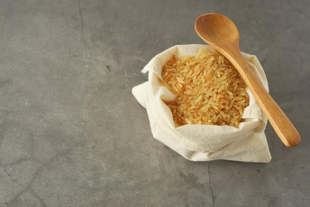 Montón de arroz integral. cereales integrales para una alimentación saludable. copia espacio