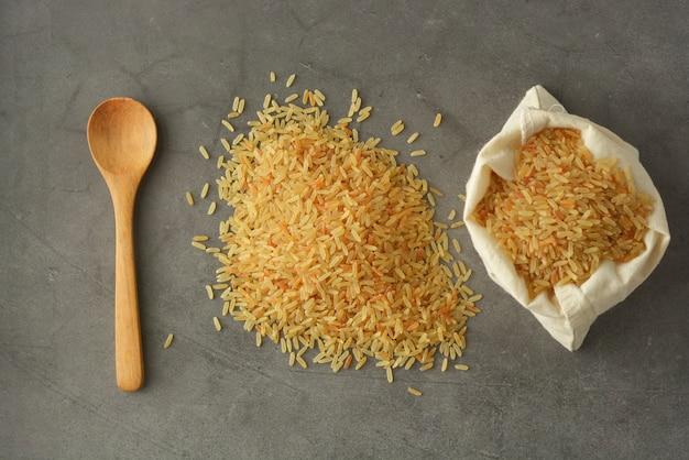 Montón de arroz integral. cereales integrales para una alimentación saludable.