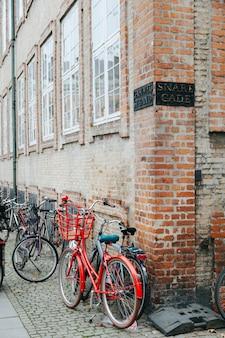 Un montón de bicicletas en la calle adoquinada