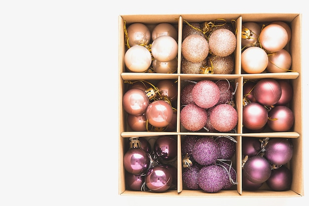 Un montón de bolas brillantes de árbol de navidad en rosa