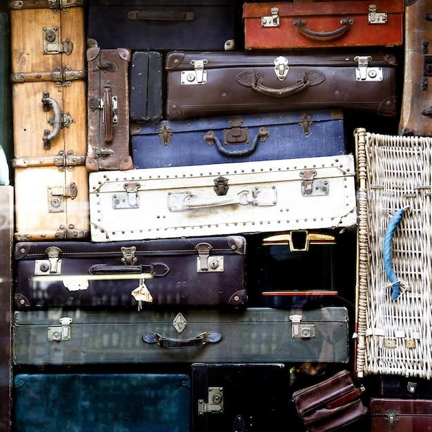 Un montón de bolsos vintage.