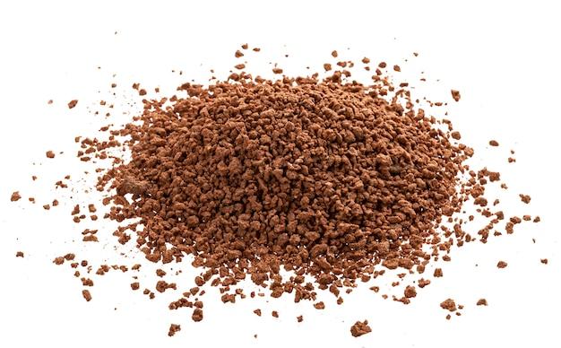 Montón de cacao en polvo aislado sobre fondo blanco.
