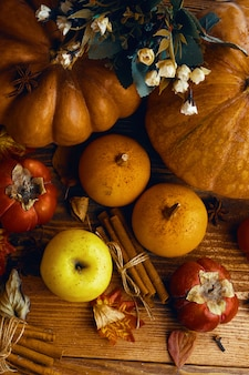 Un montón de calabazas y manzanas.