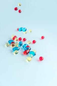 Montón de cápsulas de gel de colores.