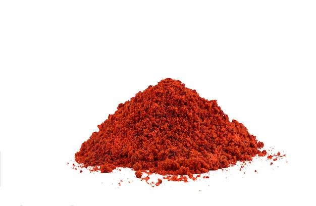 Montón de chile rojo en polvo o pimentón sobre un fondo blanco. foto de alta calidad
