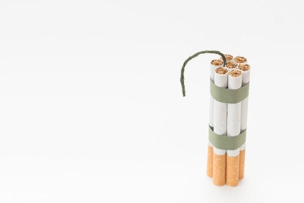 Montón de cigarrillo con mecha sobre fondo blanco