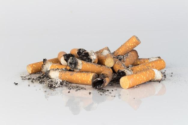 Montón de colillas de cigarrillo cenizas colillas
