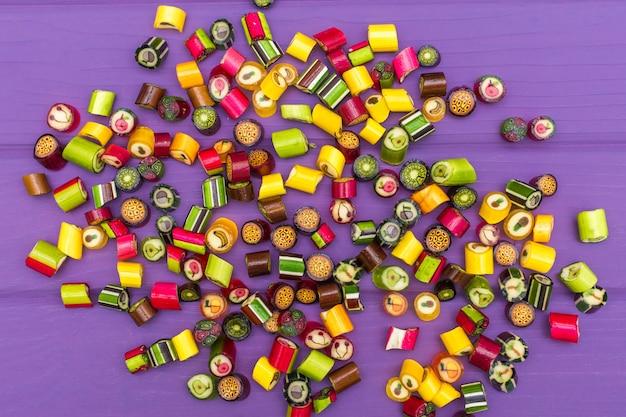 Un montón de coloridos caramelos recubiertos de caramelo