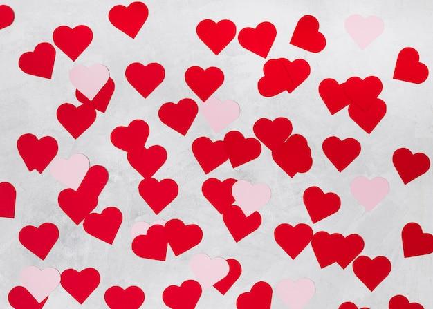 Montón de corazones decorativos de papel brillante.