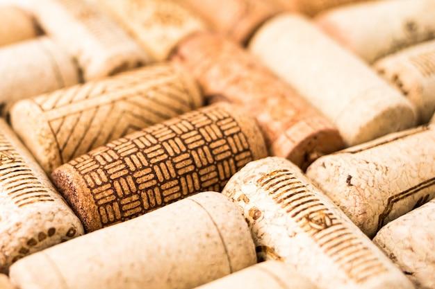 Montón de corchos de vino en mesa de madera