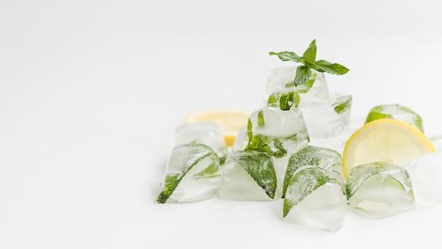 Montón de cubitos de hielo con menta.
