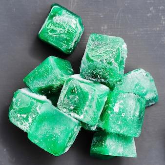 Montón de cubitos de hielo verde